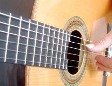 Як грати новачкові на гітарі