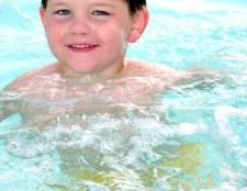 Як навчити малюка плавати