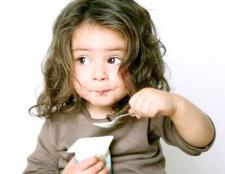 Як навчити дитину їсти ложкою самостійно