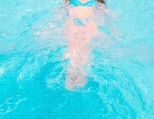 Як навчитися плавати на спині