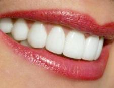 Як відбілити зуби домашнім способом