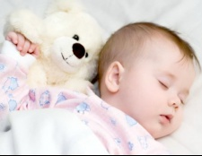 Як привчити дитину спати вдень