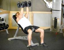 Як накачати м'язи грудей гантелями
