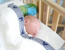 Як привчити новонародженого до ліжечка
