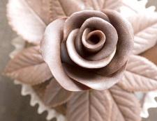 Як прикрасити шоколадний торт