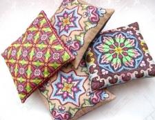 Як прикрасити вишивкою подушки