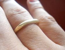 Чому палець чорніє від золотого кільця